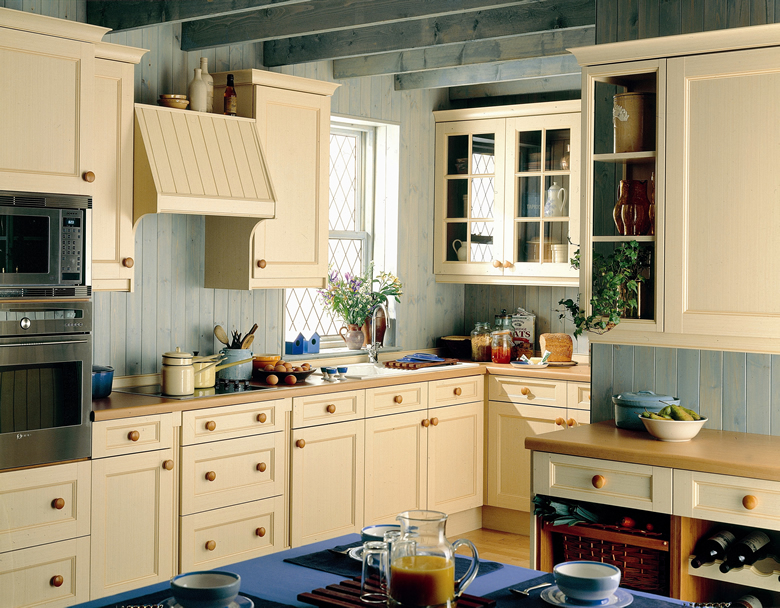 Classic kitchens classic kitchens midlands classic for Classic style kitchen ideas